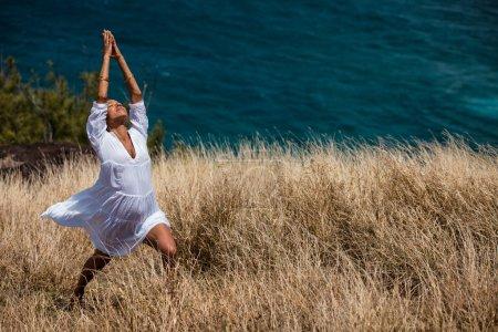 Photo pour Belle jeune femme pratiquant la méditation et la prière Hawaï - image libre de droit