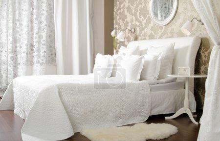 Photo pour Grand le lit double blanc dans la chambre lumineuse, à l'hôtel - image libre de droit
