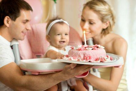 Photo pour Petite fille d'un ans avec papa et maman célébrer l'anniversaire, rires joyeux, photo horizontale - image libre de droit