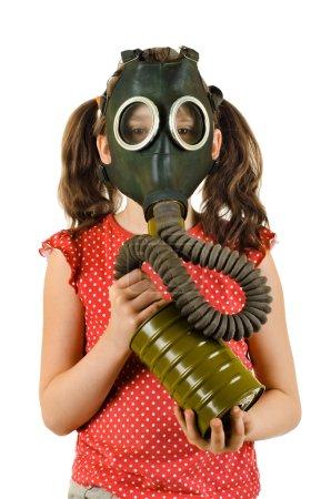 petite fille en masque à gaz