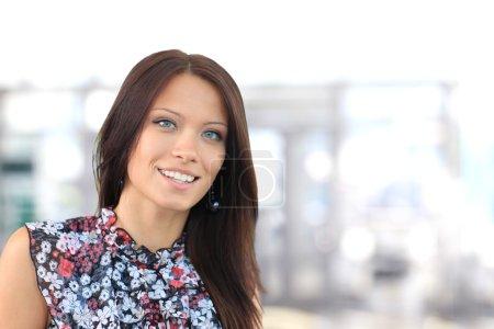 Photo pour Portrait d'une jeune femme d'affaires dans un bureau - image libre de droit