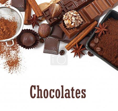 Schokolade und Gewürze isoliert auf weißem Hintergrund