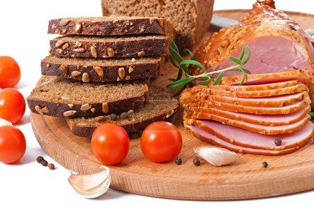 Photo pour Jambon, pain et épices sur planche de bois . - image libre de droit