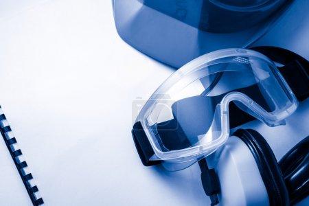 Photo pour S'inscrire avec des lunettes, des écouteurs et casque - image libre de droit