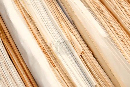 Photo pour Pile de documents papier en archives - image libre de droit