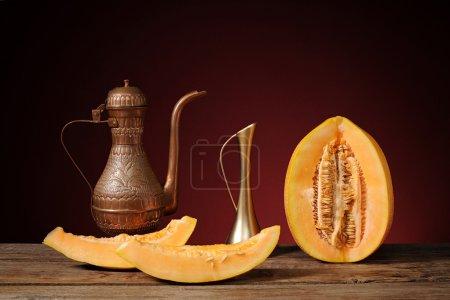 Photo pour Des plats arabes et melon frais sur la table - image libre de droit