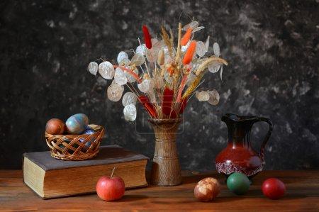 Photo pour Œufs de Pâques et fleurs dans un vase - image libre de droit