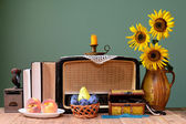 Staré rádio, slunečnice a knihy
