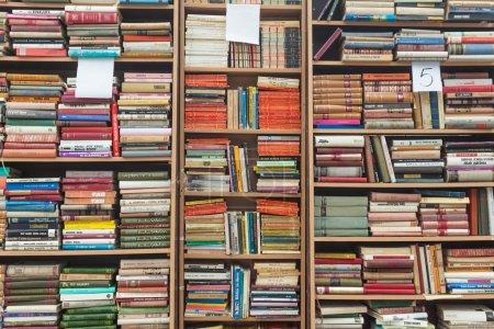 Photo pour Livres anciens dans la rue de Sarajevo . - image libre de droit
