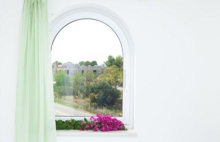 Photo pour Fenêtre cintrée dans la maison avec vue - image libre de droit