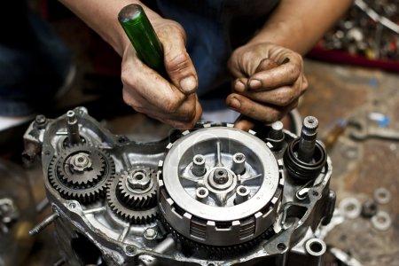 Photo pour Moto moteur de réparation - image libre de droit