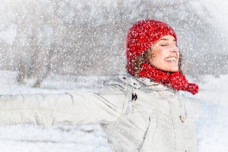 Photo pour Bonne jeune femme le jour de la neige. Concept d'hiver . - image libre de droit