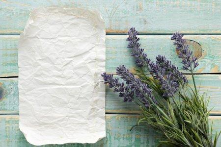 Photo pour Fleurs sur fond de bois vintage avec blanc - image libre de droit