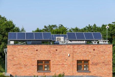 Foto de Instalación de paneles solares en casa - Imagen libre de derechos