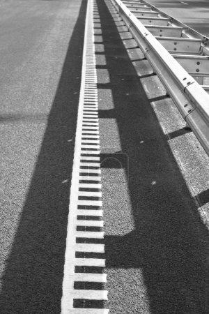 Photo pour Asphalte marquages routiers et blanc, texture de la route d'asphalte - image libre de droit