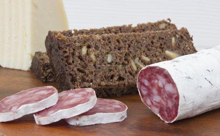 Photo pour Salami, fromage, pain sur fond bois - image libre de droit