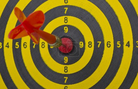 Foto de El dardo golpeando el centro del tablero de dardos, de cerca - Imagen libre de derechos