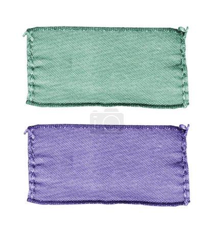 zwei leere Textiletiketten auf weiß