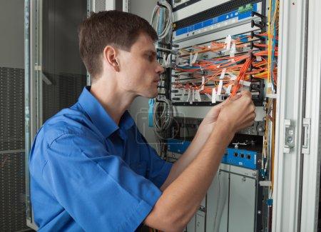 Photo pour Ingénieur de réseau dans la salle des serveurs - image libre de droit