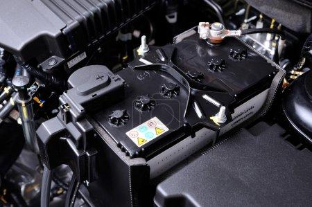 Photo pour Gros plan nouvelle batterie voiture dans la salle des machines - image libre de droit
