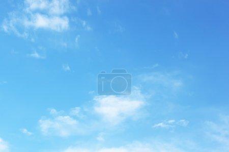 Photo pour Nuages blancs doux sur ciel bleu - image libre de droit