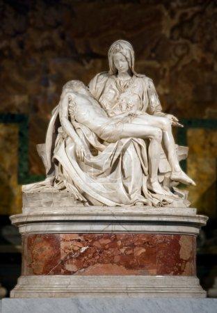 Photo pour Pietà de Michel-Ange buonarroti verticale à st peter basilique - vaticano - Italie - image libre de droit