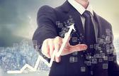Podnikatel dotýká graf udávající růst