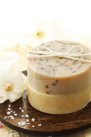 Photo pour Savon naturel avec fleurs et sel de bain - image libre de droit