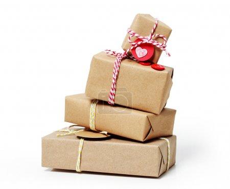 Photo pour Pile de boîtes-cadeaux artisanales sur fond blanc - image libre de droit