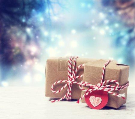 Photo pour Petites boîtes-cadeaux faites à la main dans une nuit bleu brillant - image libre de droit