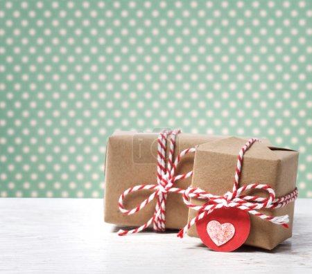 Photo pour Coffrets cadeaux faits à la main avec étiquette de coeur sur fond à pois - image libre de droit