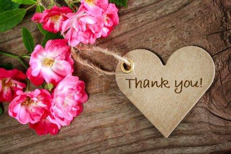 Photo pour Carte de remerciement en forme de coeur avec des fleurs sur fond bois - image libre de droit