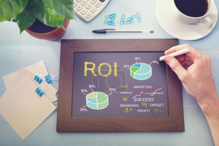 Photo pour Homme dessin ROI concept sur tableau (retour sur investissement ) - image libre de droit