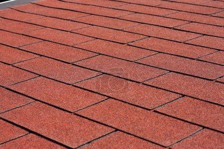Photo pour Professionnellement posé forme rectangulaire de bardeau asphalte rouge sur la pergola toit - image libre de droit