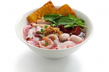 Yen ta fo, rice noodles in pink soup