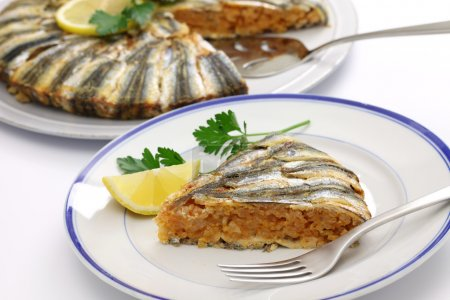 Photo pour Riz épicé couvert d'anchois, spécialité de la région de la mer Noire - image libre de droit