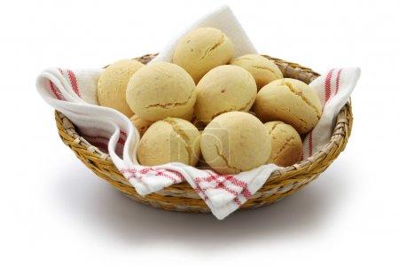 Photo pour Pao de queijo, pain au fromage, pain brésilien sur fond blanc - image libre de droit