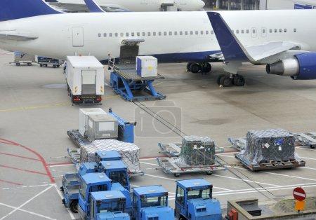 Photo pour Chargement d'un avion avec fret aérien dans un aéroport - image libre de droit