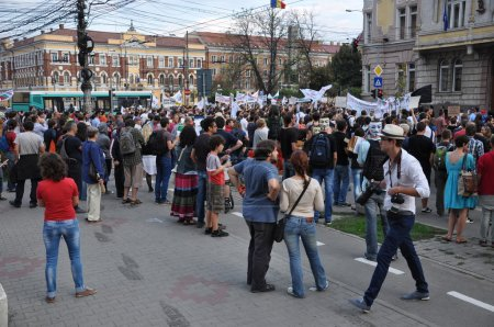 Hundreds of Romanians protest against the government's new law