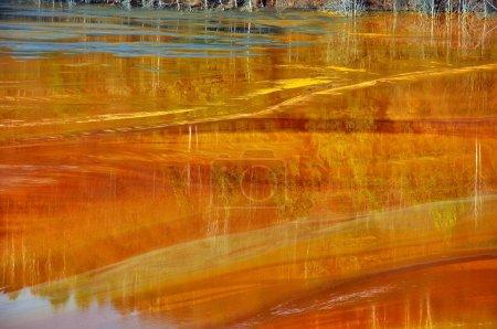 Photo pour Contamination de l'eau des mines de cuivre à Geamana, près de Rosia Montana, Roumanie - image libre de droit