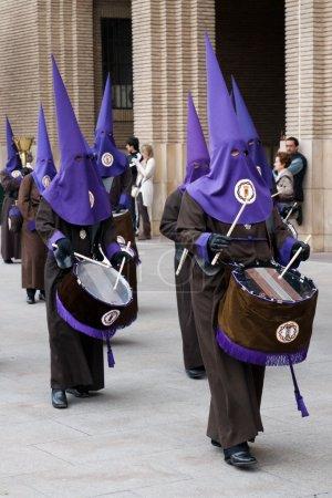 Foto de Encapuchados en una procesión de semana Santa en zaragoza, España - Imagen libre de derechos