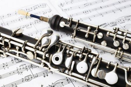 Photo pour Musique classique instrument jouant du hautbois. instrument de musique avec des notes de feuille de musique - image libre de droit