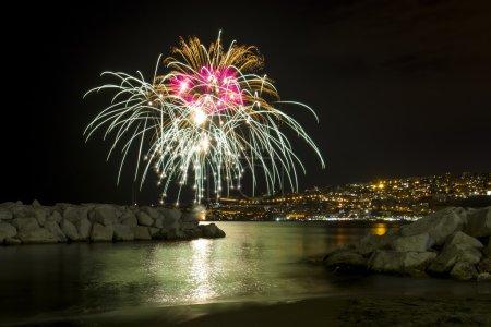 Photo pour Feux d'artifice en mer dans la baie de Naples à l'occasion de la fête de Piedigrotta - image libre de droit