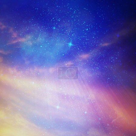 Cielo estrellado de color con nubes