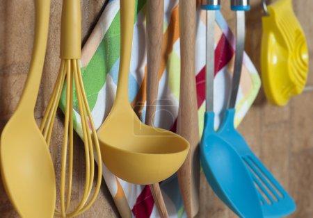 Photo pour Ensemble d'outils de cuisine accroché au mur. - image libre de droit