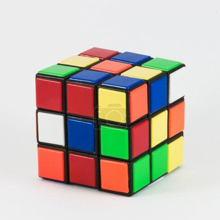 Rubik 's Cube auf weißem Hintergrund