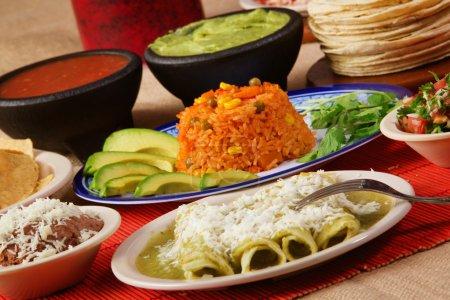 Photo pour Image de stock de nourriture mexicaine traditionnelle vert enchilada dîner - image libre de droit
