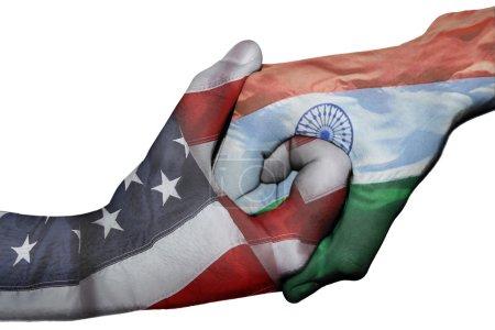 Photo pour Poignée de main diplomatique entre pays : drapeaux des États-Unis et l'Inde surimprimé les deux mains - image libre de droit