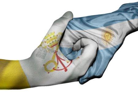 Photo pour Poignée de main diplomatique entre pays : drapeaux du Vatican et de l'Argentine a surimprimé les deux mains - image libre de droit