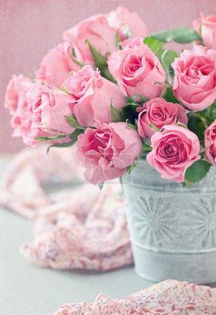 Photo pour De belles roses fraîches sur une table . - image libre de droit